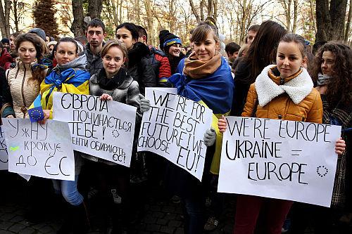 Ukrán diákok tüntetnek az EU mellett Ungváron november 26-án