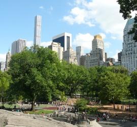 Hihetetlen áruk van a park környéki ingatlanoknak. A háttérben látható karcsú, magas felhőkarcoló a Park Avenue 432.