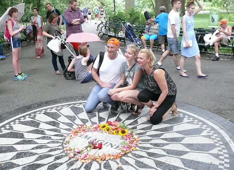 Lennon-rajongók a Strawberry Fields-en