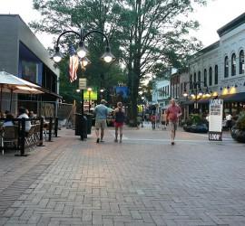 Charlottesville főutcájának kivételesen európai hangulata van. Kedves kis hely.