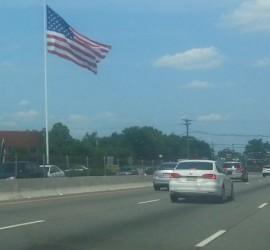 Északnak tartva: hopp egy zászló az útszélén.