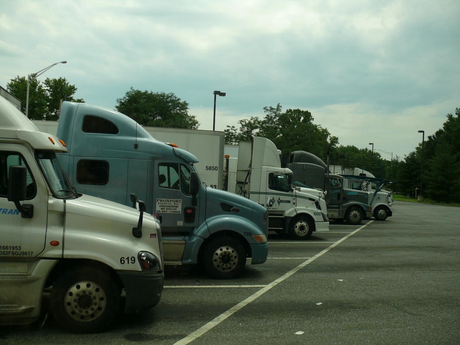 Csőrös kamionok egy útszéli pihenőben.