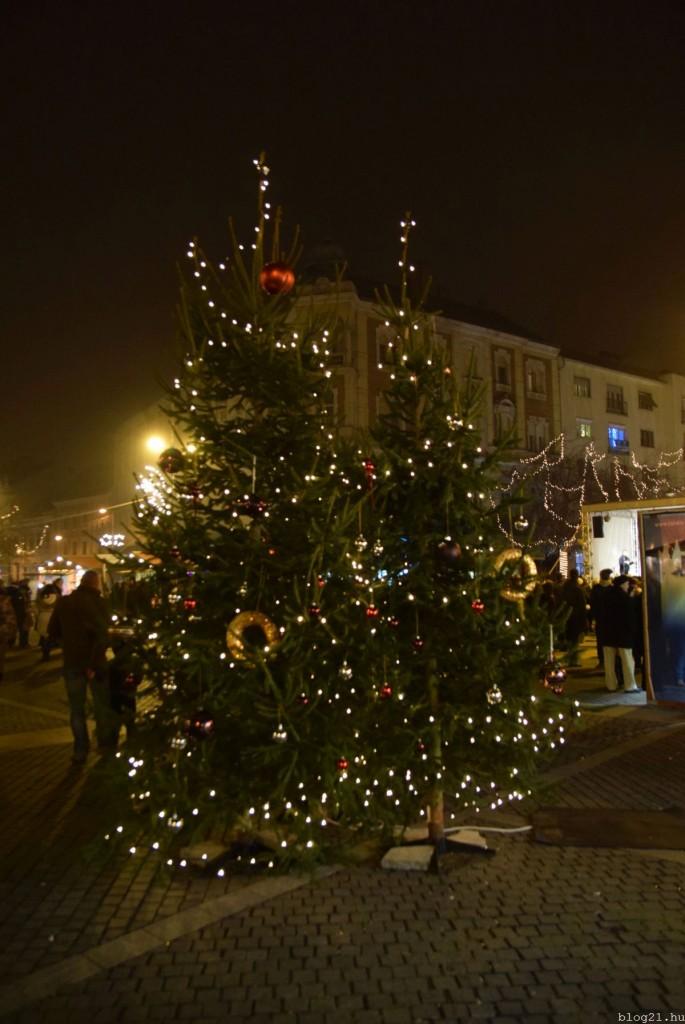 """Két kisebb """"ikerkarácsonyfa"""" is van a téren. Azt nem tudom, hogy a város vagy a kereskedők jóvoltából. Mindegy is."""