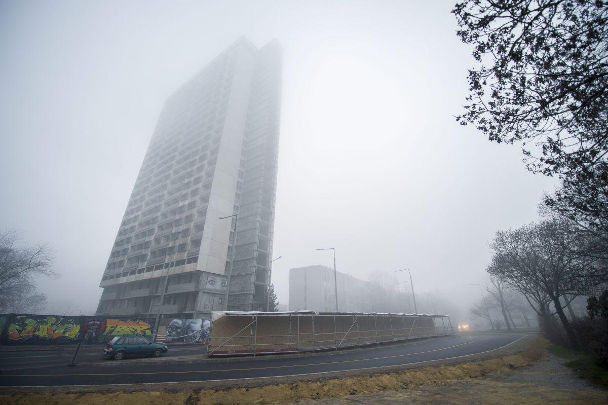 Pécs, 2015. december 28. Terelõút a pécsi magasház mellett 2015. december 28-án. Az épület bontása miatt védõzónát alakítanak ki, ezért terelik el a forgalmat. MTI Fotó: Sóki Tamás