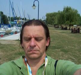 Az egyik béna szelfijeim egyike. A kép érdekessége, hogy 2007-ben a Balatone Fesztiválon egy rozzant Kodak fényképezővel készült. Akkor még nem volt divat a szelfi, talán még okostelefonok sem voltak nagyon.