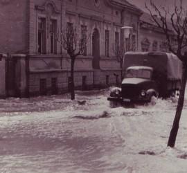 Ez itt a házunk a Wesselényi utcában, ami akkor még nem volt a házunk. A fotó hátulján levő évszám szerint a dátum 1965. április 23.