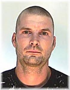 A keresett férfi Horváth Gábor, 185 centiméter magas; erős testalkatú; haja rövidre nyírt, barna színű.