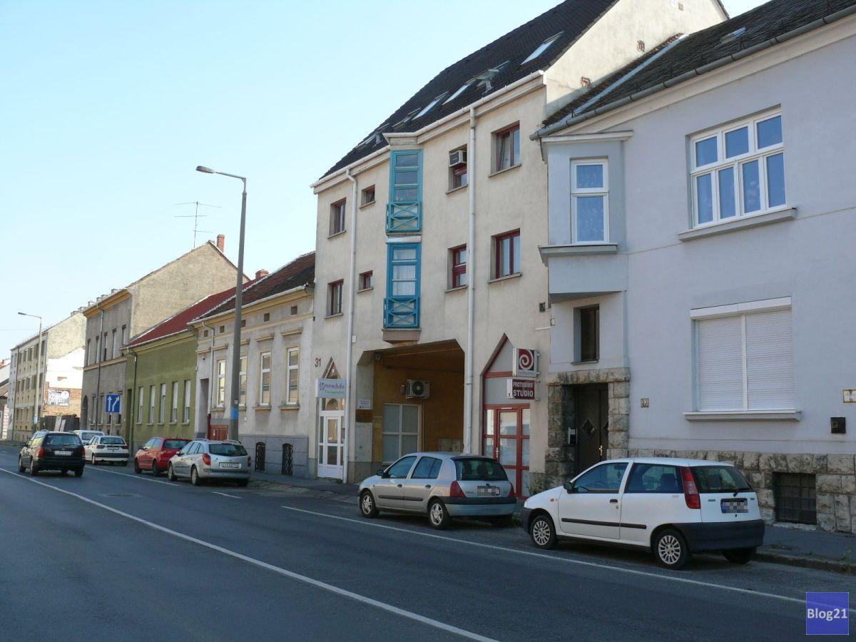 Bejárat a Vörösmarty utca felől