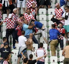 Horvát szurkolók maguk között a Horvátország-Csehország meccsen. Most kezd összeállni a mexikói kirakós.