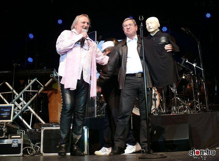 """A """"segítés városa"""" kampány legkínosabb pillata volt, amikor az Omega szombathelyi koncertjén a polgármester egy ambu babát kapott ajándékba. Puskás Tivadar bőrdzsekiben és farmerban pattant a színpadra."""