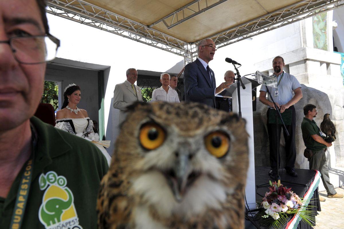 Budapest, 2016. augusztus 9. Balog Zoltán, az emberi erõforrások minisztere beszédet mond a Fõvárosi Állat- és Növénykert megnyitásának 150 éves évfordulója alkalmából rendezett ünnepségen az állatkert fõbejáratánál 2016. augusztus 9-én. Mögötte Persányi Miklós, az állatkert fõigazgatója, aki miniszteri biztosként felügyeli a Liget-projekt kert- és tájépítészeti beruházásait (b3), Schmidt Egon ornitológus, Kossuth-díjas író (b4) és Hanga Zoltán, az állatkert szóvivõje (j2). MTI Fotó: Kovács Attila