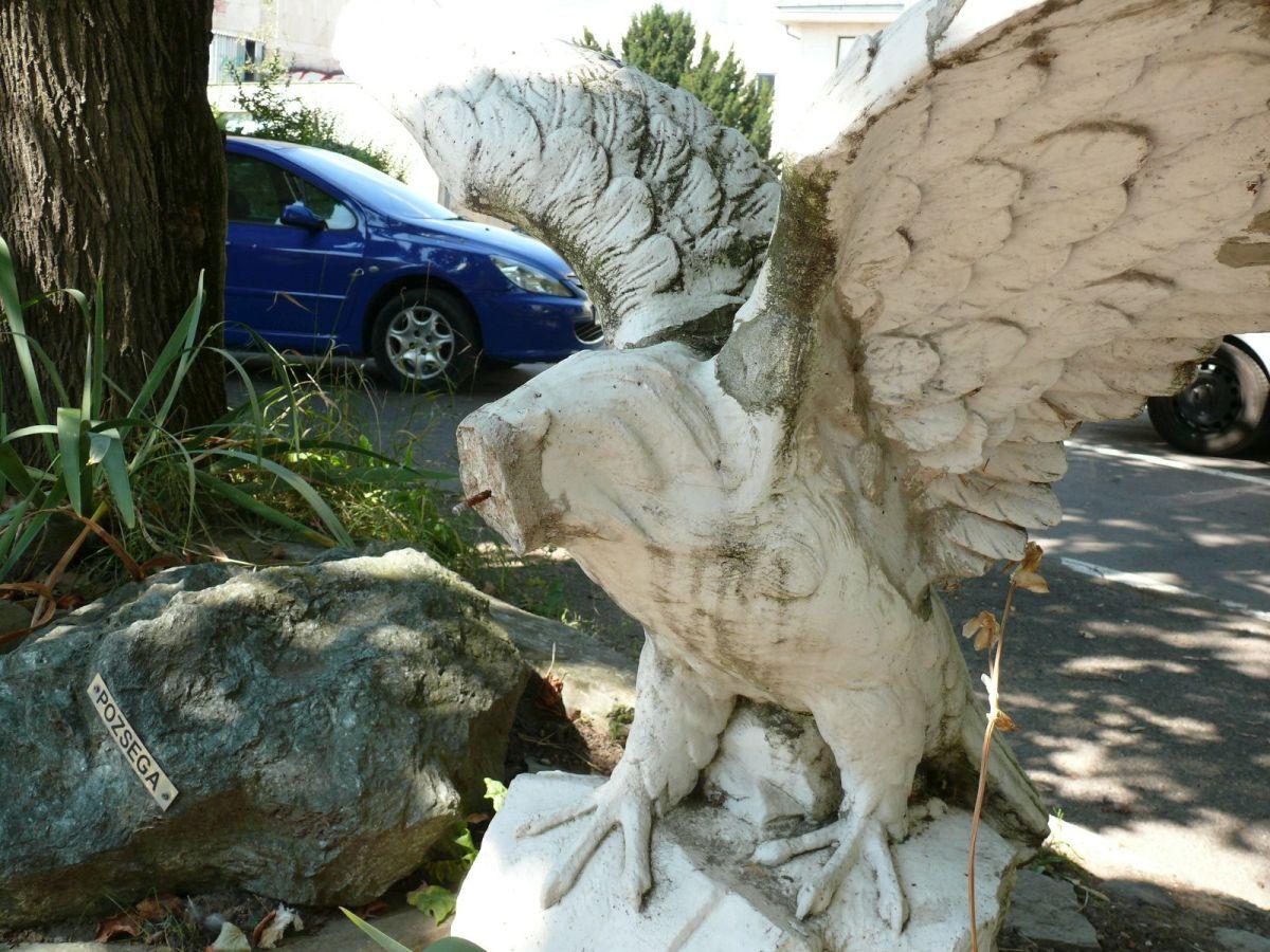 Csonkított turul szobor