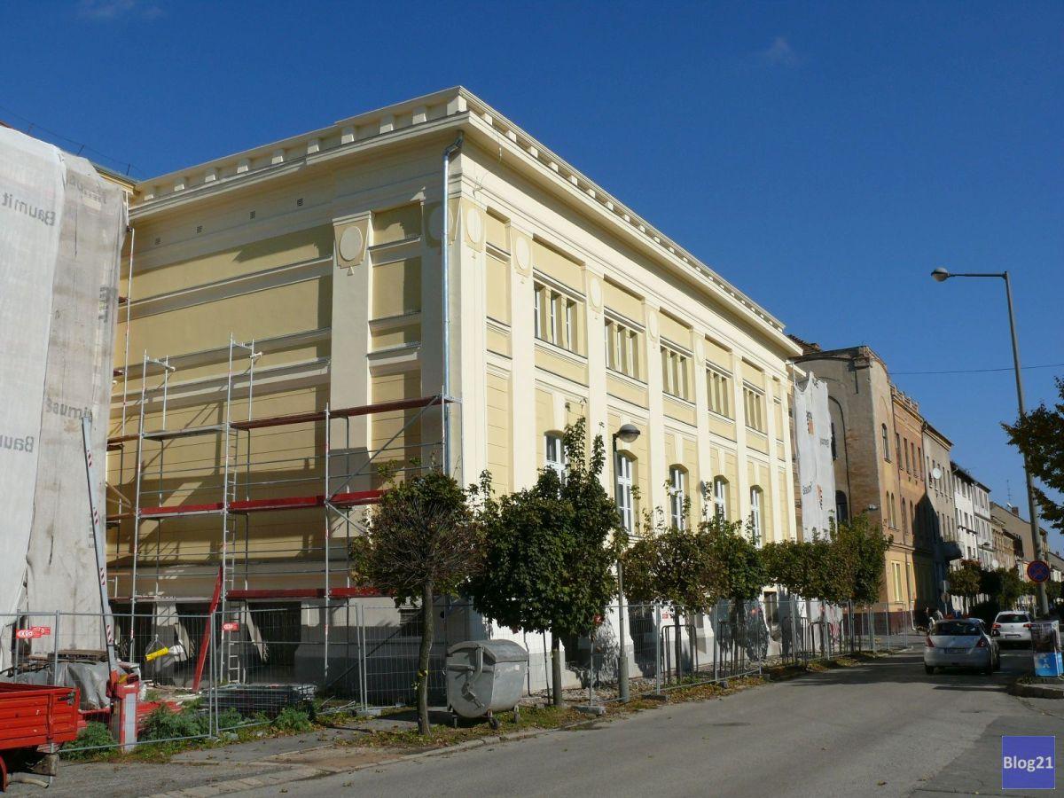 Az épület hátulján már elbontották az állványokat