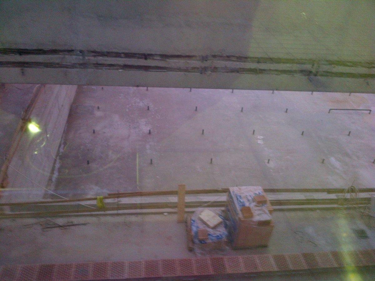 Egy elég rossz kép az üveg túloldalán folyó építkezésről. Sötétedett már.