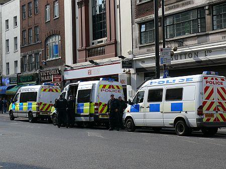 Rendőrök várakoznak bevetésre a belvárosban
