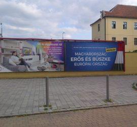 Óriásplakát Szombathelyen a Szent Márton utcában a Borostyánkővel szemben