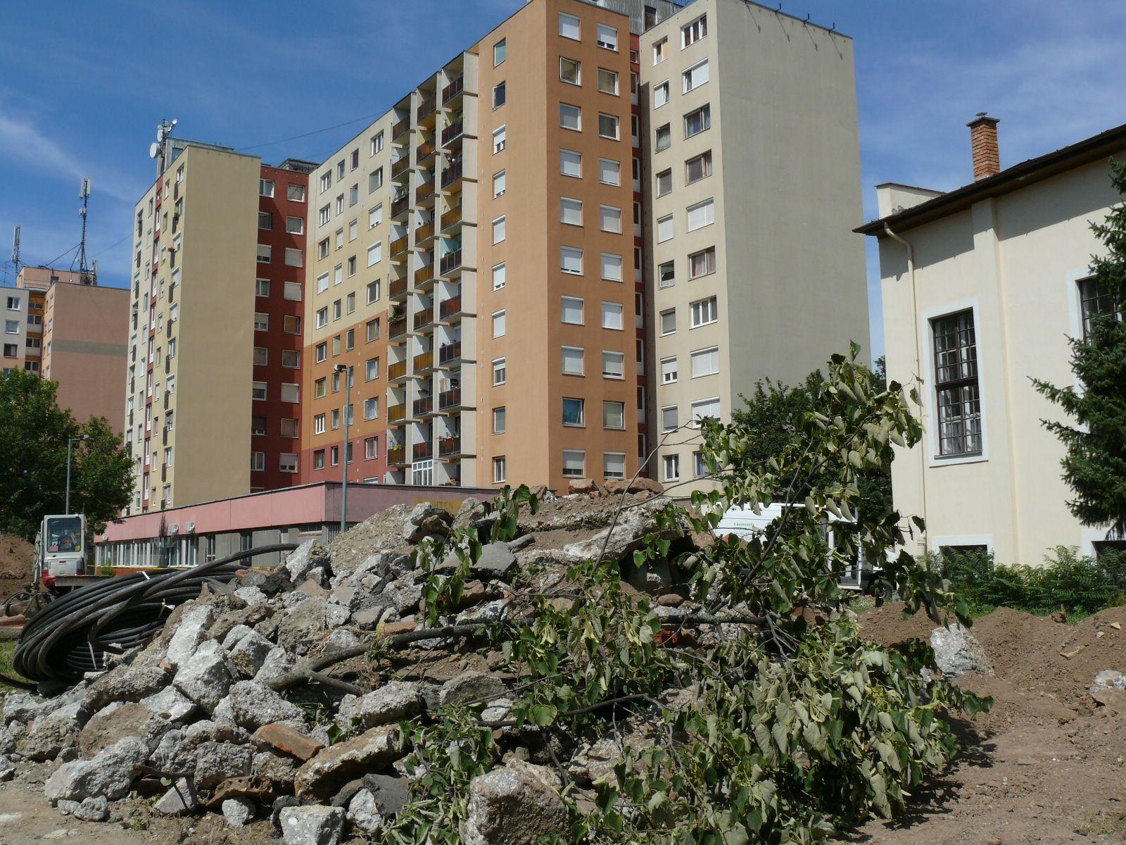 Sznet Márton temlom előtt tér felújítása