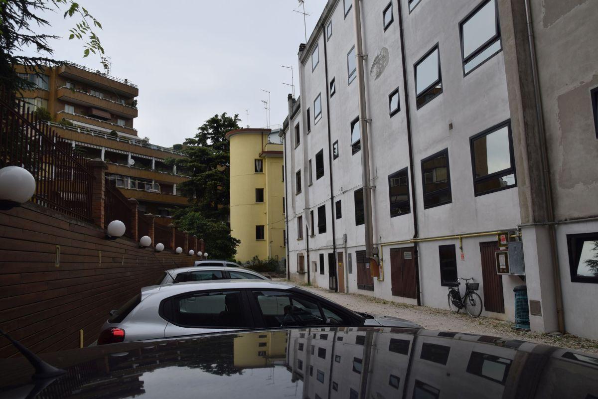 A szálloda hátulja a szűkös parkolóval.