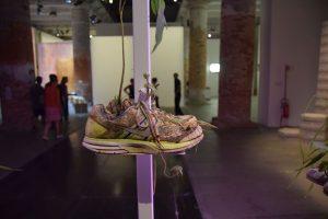 Michel Blazy Nike egyik cipős virágja
