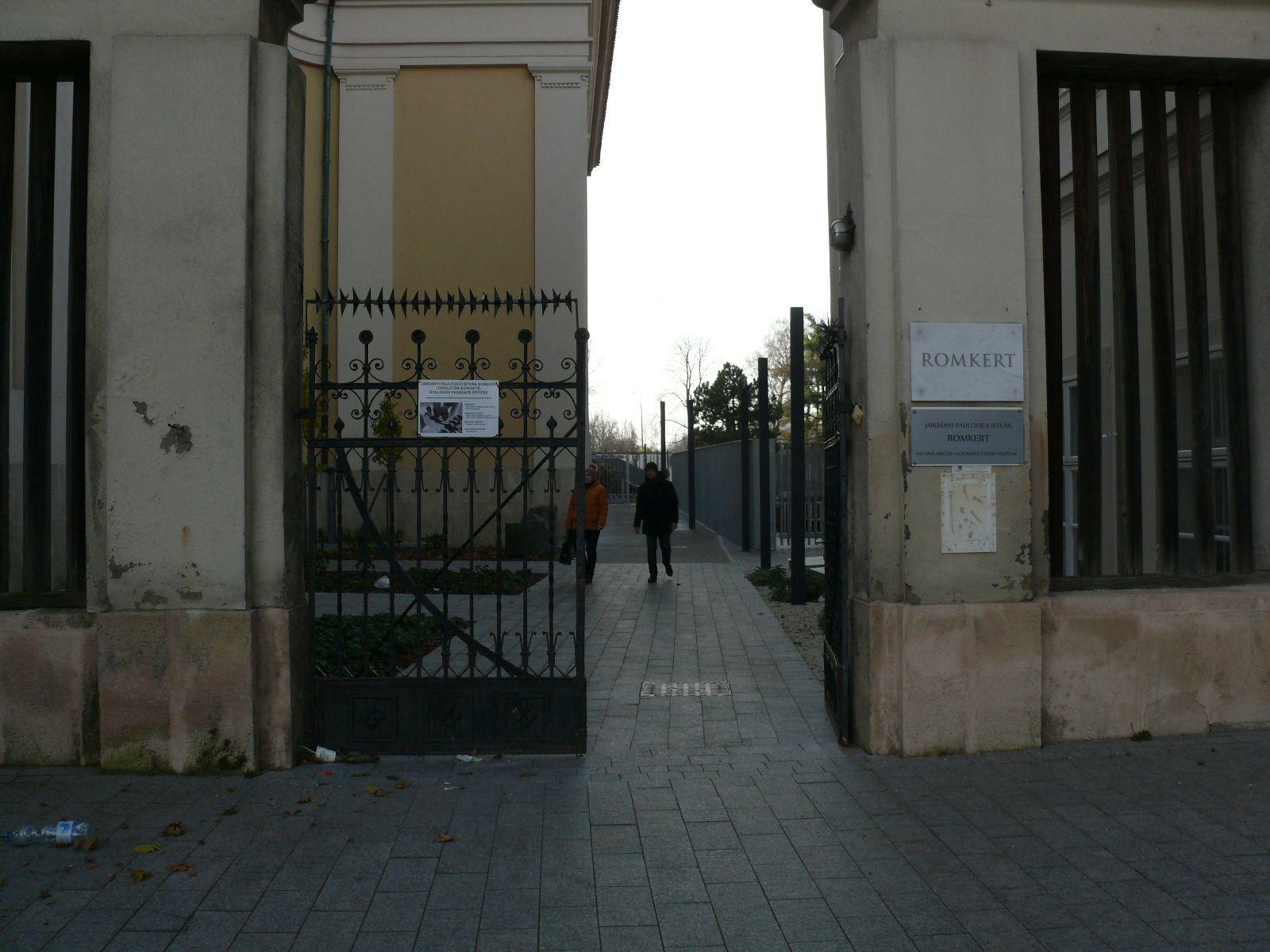A belvárosi bejárat a székesegyház jobb oldalán búvik meg