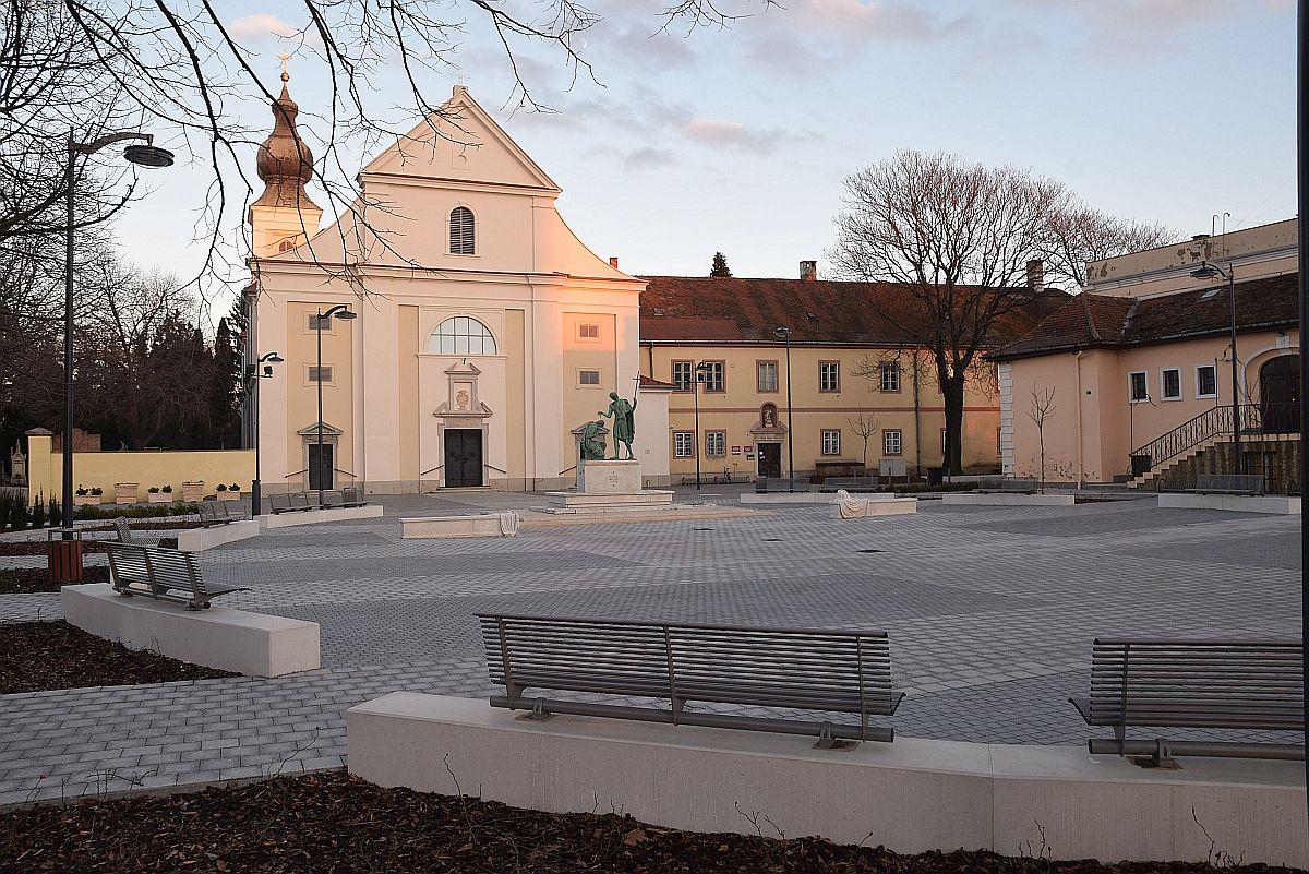 Az új Szent Márton tér a lemenő nap fényében
