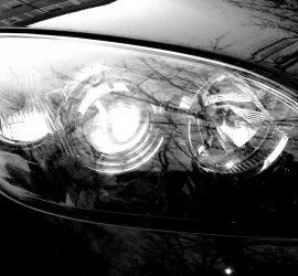 Bemutatom az autóm val első lámpáját. Nem egyszerű az égőcsere.