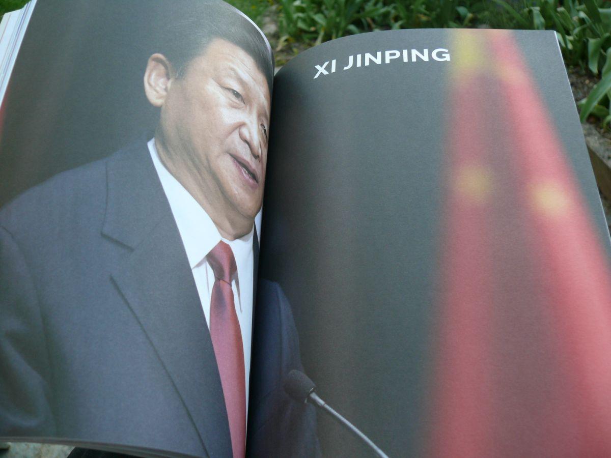 """Hszi Csin-ping külön cikket kapott. Kínában az emberek """"a kommunista pártáltal biztosított formában gyakorolják a demokráciát""""."""
