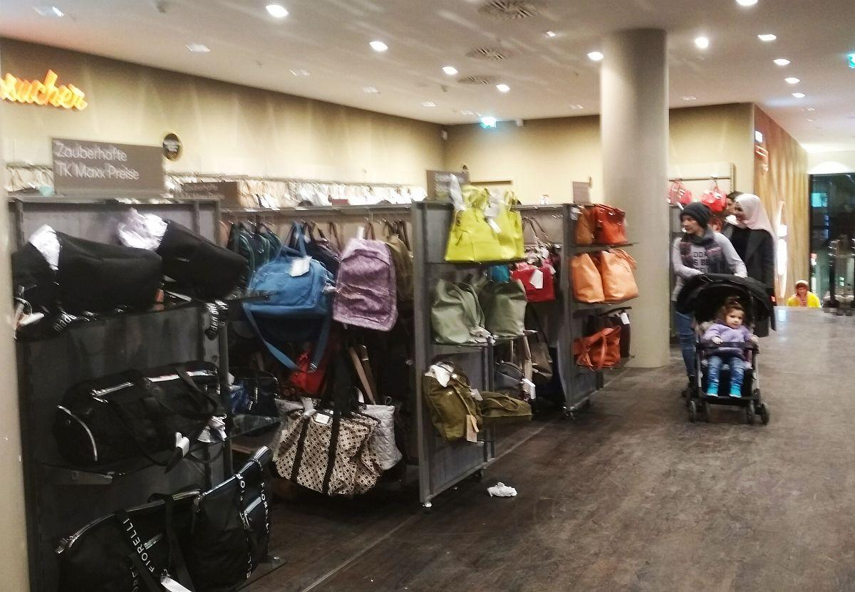 Sok táska is van
